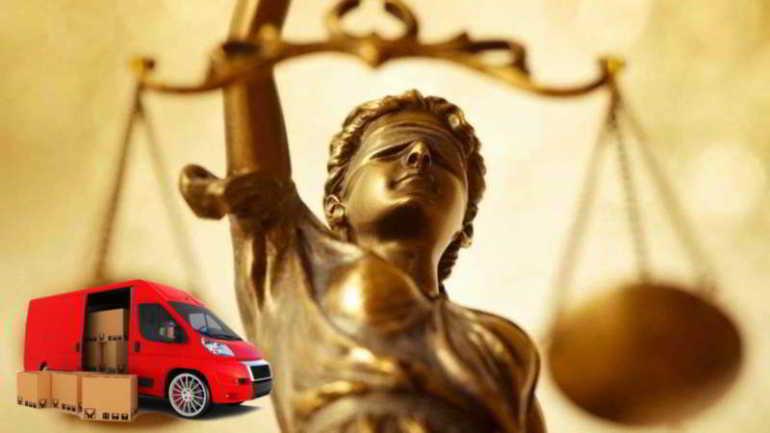 dea della giustizia e camion trasportatore