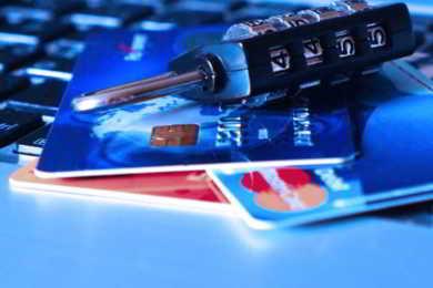 lucchetto e carta bancomat