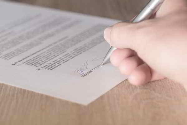 uomo che firma