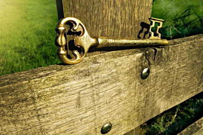 chiave antica sopra staccionata