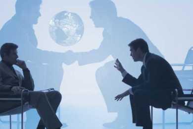 due uomini seduti che parlano