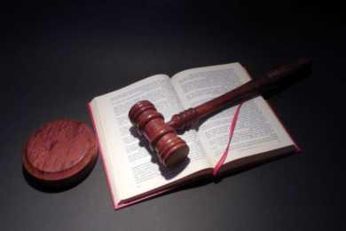 martelletto magistratura sopra libro aperto