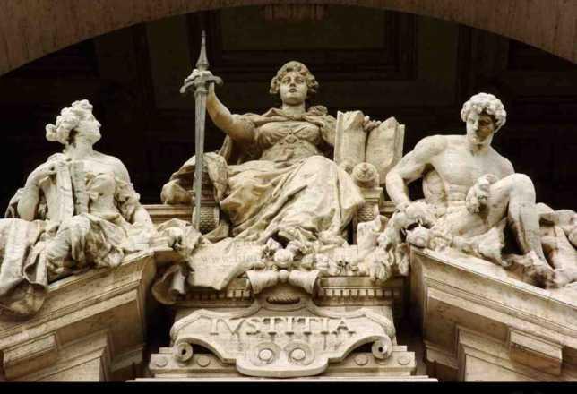 statue nell'ingresso della Corte di Cassazione