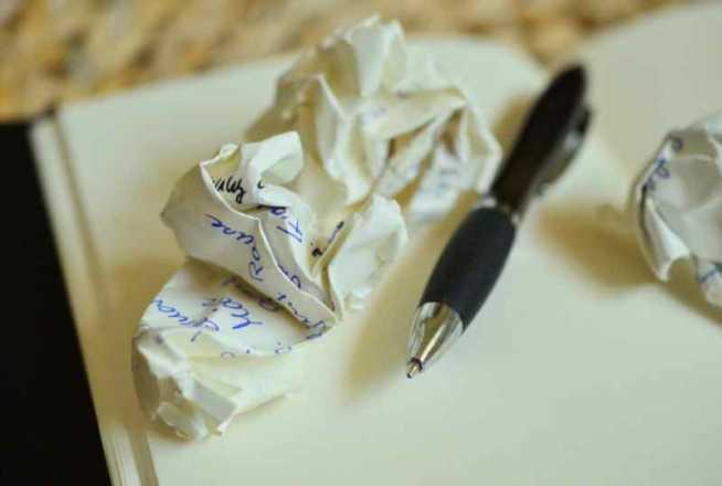 penna e fogli appallottolati