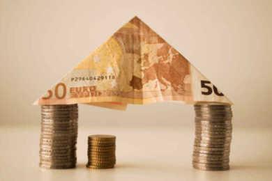 50 euro e monete formano una casa