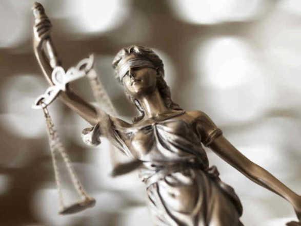 statua in bronzo della dea bendata con la bilancia della giustizia