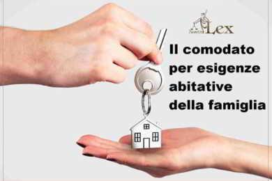 consegna chiave con portachiavi a forma di casa concessa in comodato
