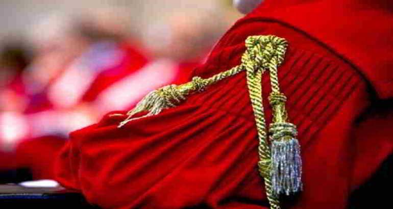 giudice della cassazione con toga rossa e cordone oro