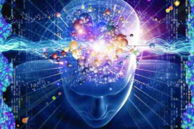 uomo con cervello luminoso
