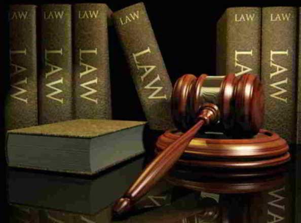 libri di legge con martelletto della giustizia