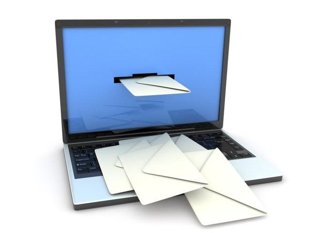 buste da lettere che escono dal monitor di un laptop