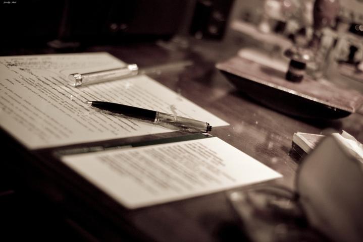 fogli e penne sulla scrivania