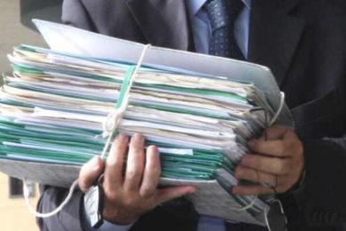 avvocato tiene faldone del giudizio di opposizione stato passivo
