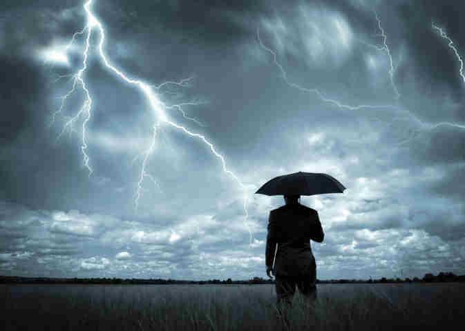 fulmini in un campo e uomo con ombrello